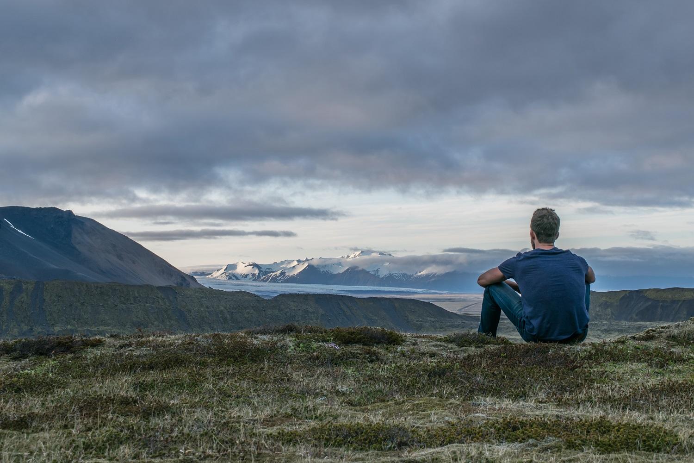 孤独に遠くを見つめる男性