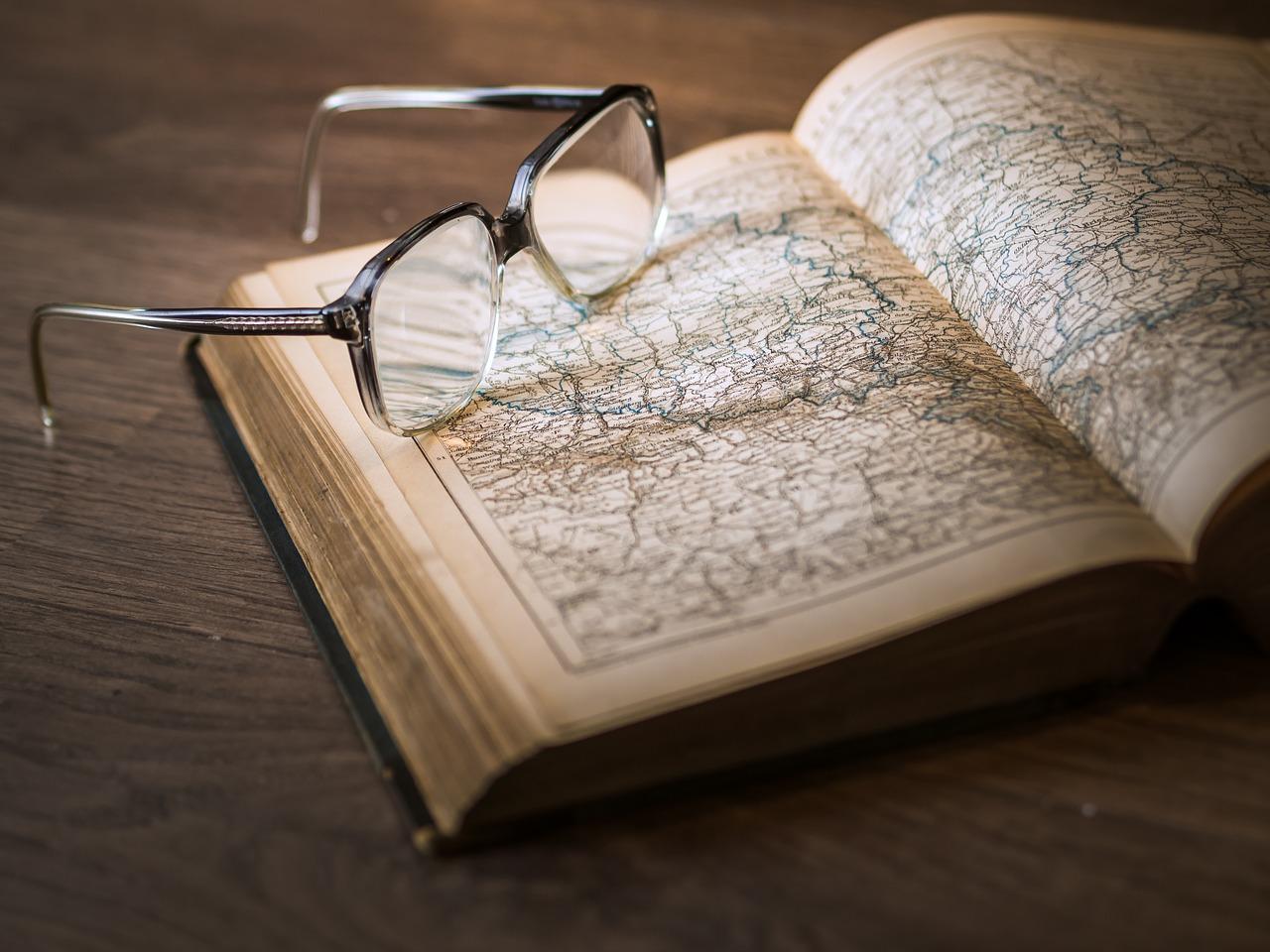 地図の載った本